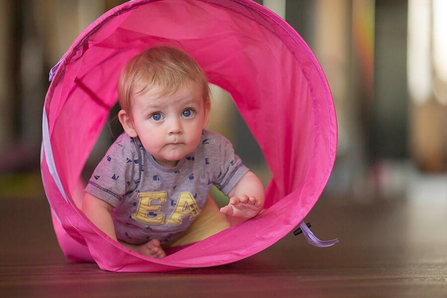 Neugieriges Baby bei Babys entdecken