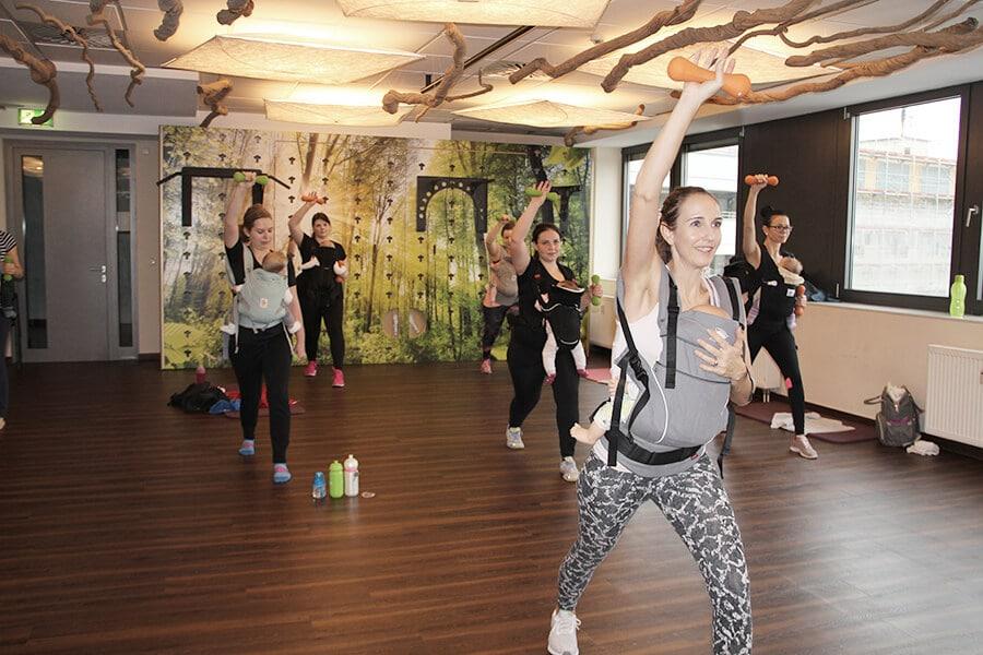 Frauen beim Workout mit Babytrage im Amanusa Fitnessstudio Darmstadt