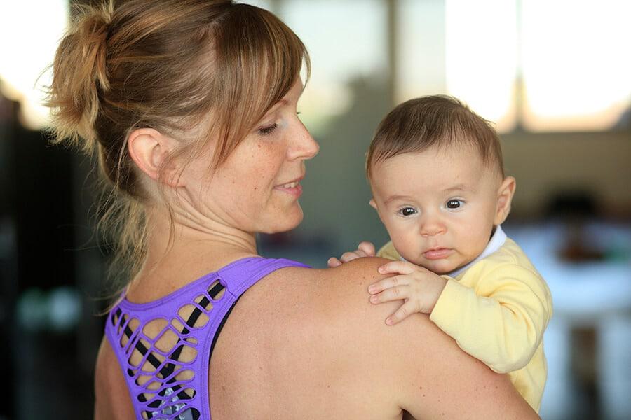 Hebamme Sylke Hupe mit Baby auf dem Arm im Geburtsvorbereitungskurs Frauenfitnessstudio Darmstadt