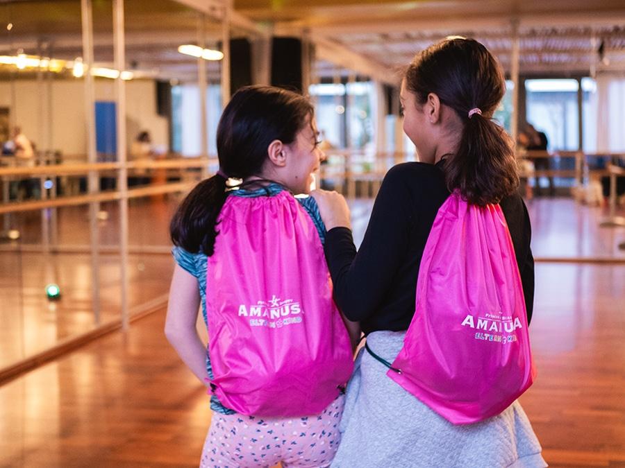 Zwei Mädchen mit Turnbeutel im Fit Kids Kurs Amanusa in Darmstadt