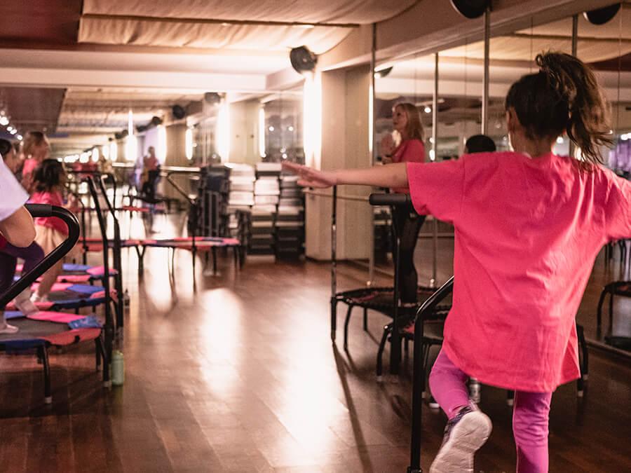 Kinder beim Kids Jumping Kinderkurs im Amanusa Darmstadt