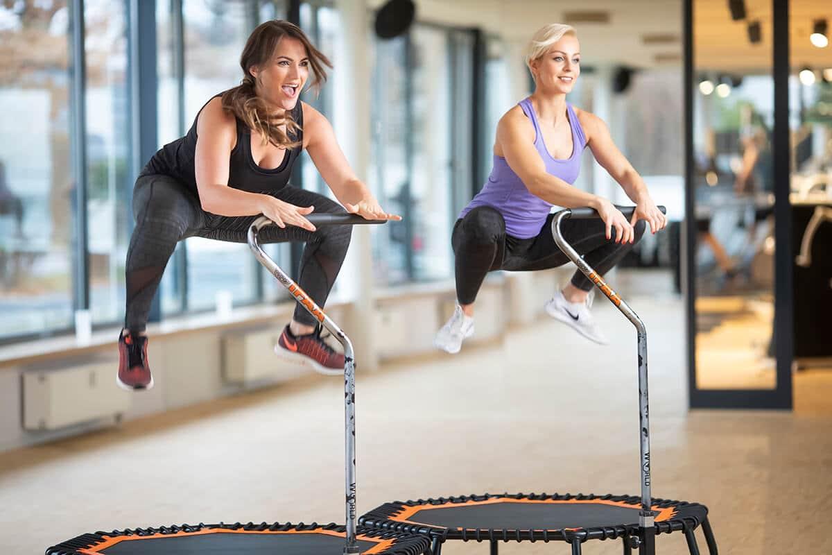 zwei Frauen beim World Jumping im Amanusa Fitnessstudio Darmstadt