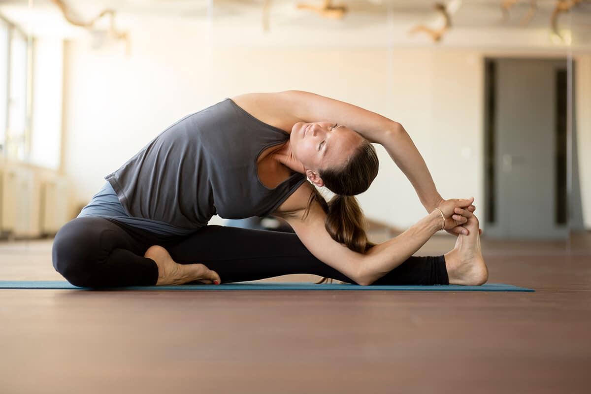 Frau in Yoga Pose beim Amanusa Online Training