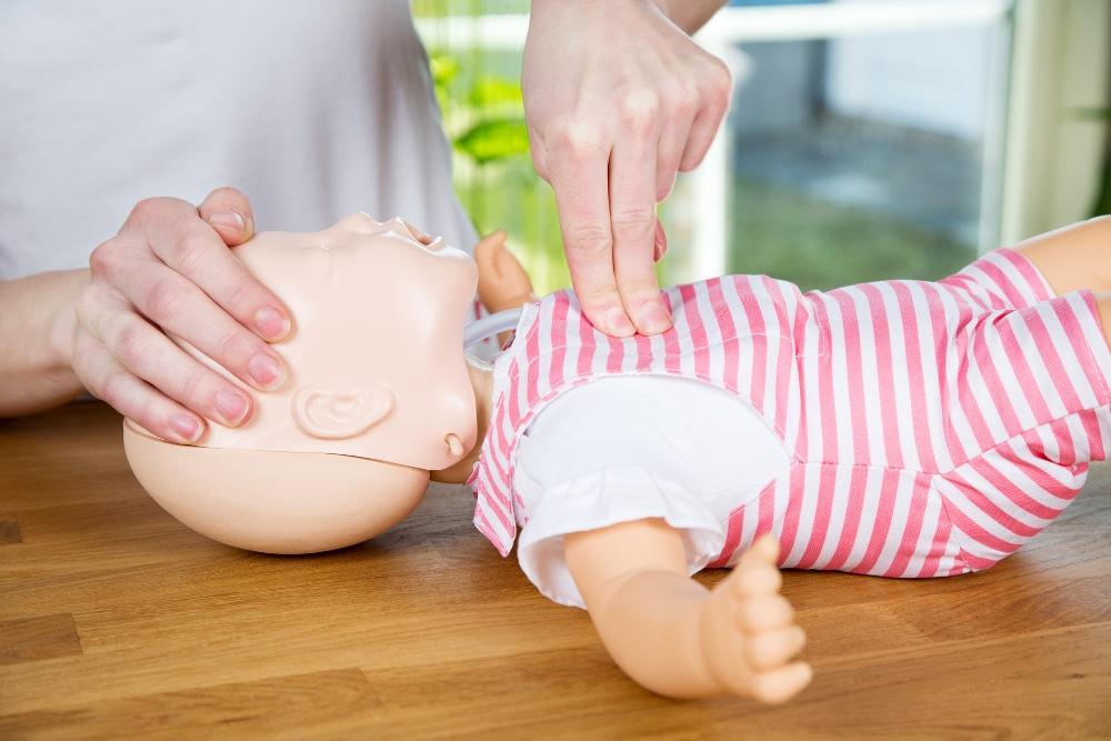 Erste Hilfe an einer Puppe im Amanusa Darmstadt