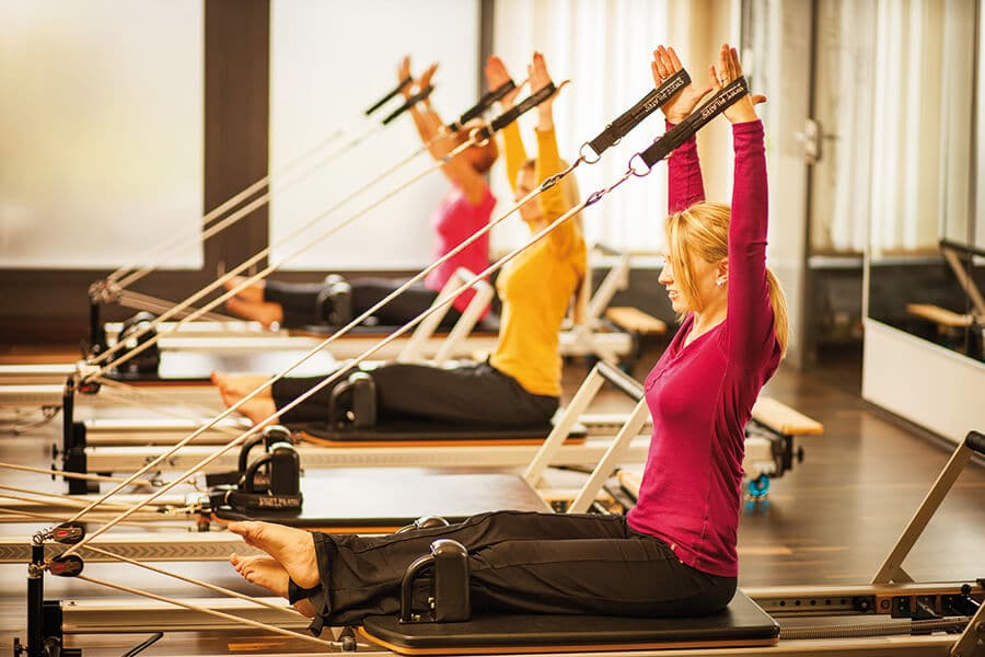 Frauen im Geraete Pilates Kurs im Amanusa Fitnessstudio