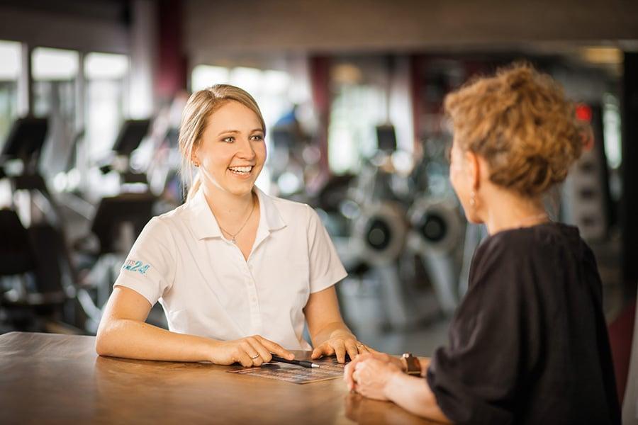 Trainingsplanerstellung zwei Frauen Fitnessstudio Darmstadt