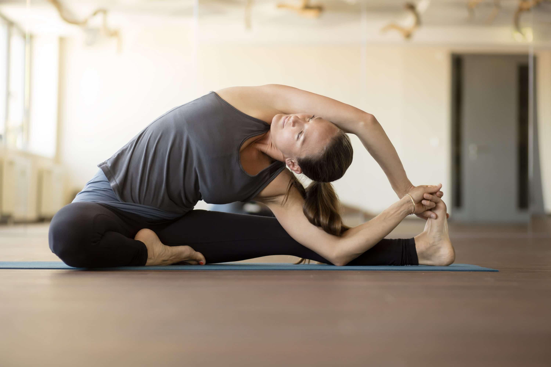 Frau beim Yoga im Amanusa Fitnessstudio Darmstadt