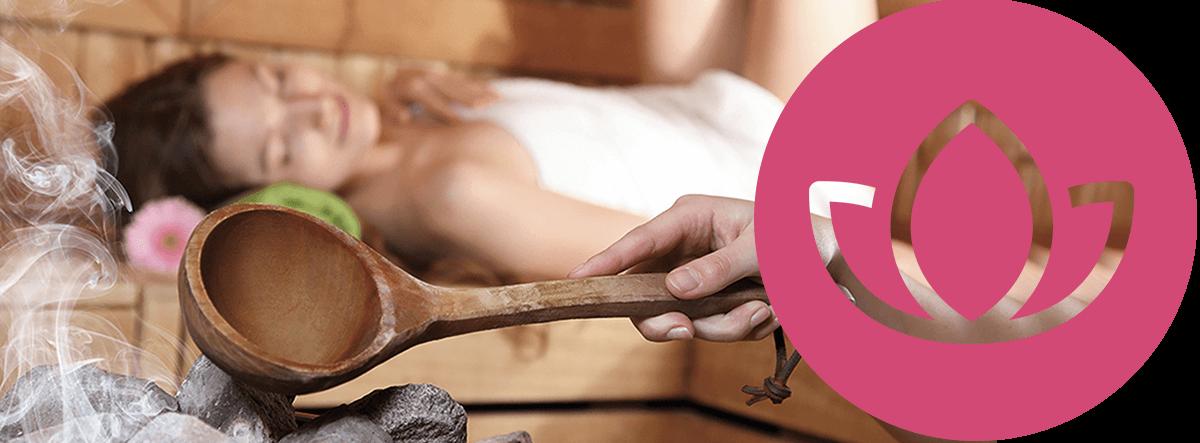 Frau liegt in der Sauna bei einem Aufguss