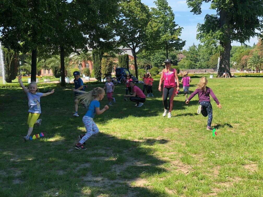Kinder beim Outdoor Sport in der Orangerie in Darmstadt