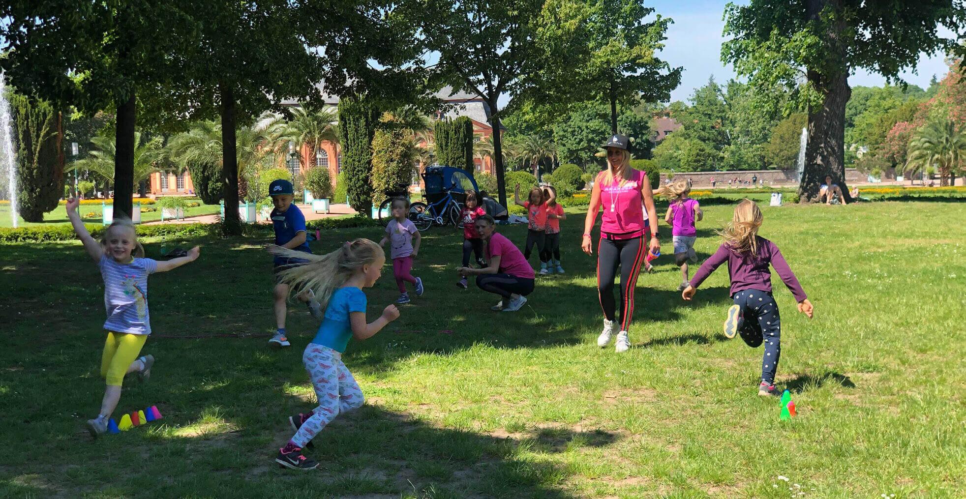 Kinder rennen und haben Spaß in den Kinderoutdoorkursen in Darmstadt